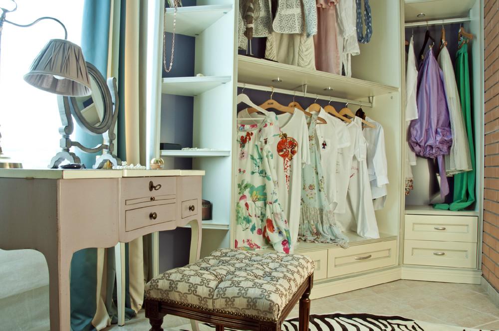 Дизайнеры для проекта гардеробной на балконе.
