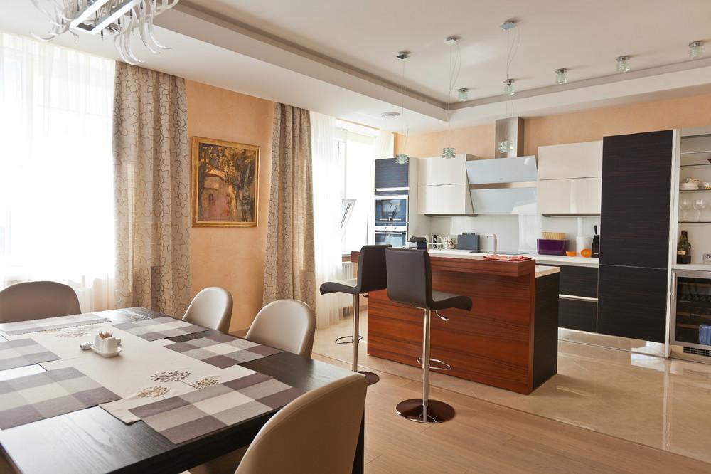 Кухня гостиная с панорамной лоджией..