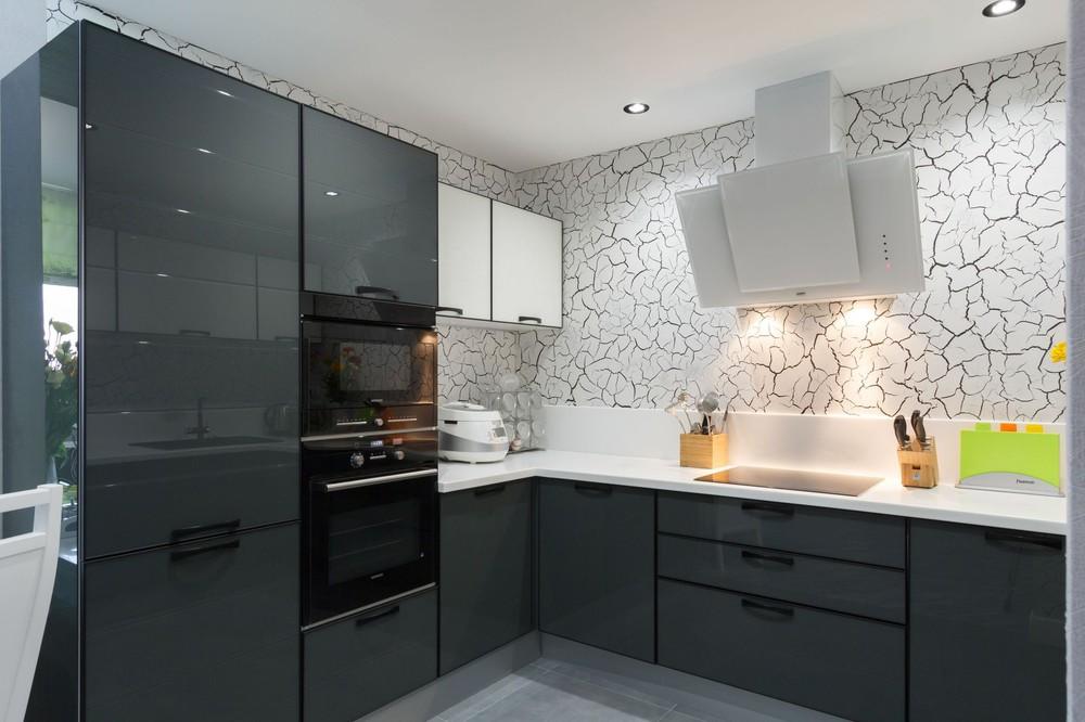 Бело графитовая кухня